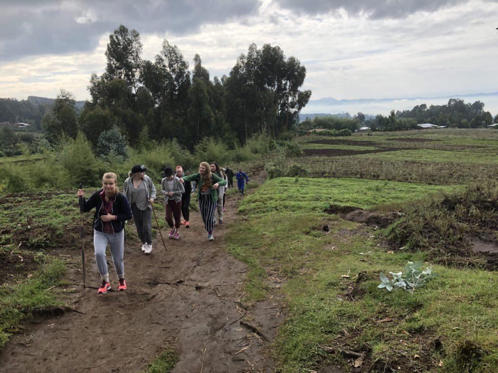 En times vandring i vulkanfjellene måtte til før elevene fra Toten folkehøgskole kunne se apene