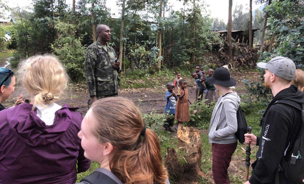 Elevene ble fulgt av vakter som ga god informasjon om området. Barna fra de lokale landsbyene var også nysgjerrige tilhørere