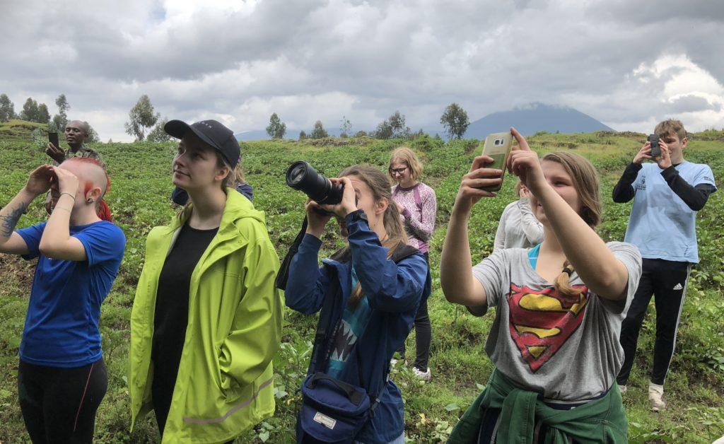 Matilde og de andre elevene ved Toten folkehøgskole tar bilder på løpende bånd
