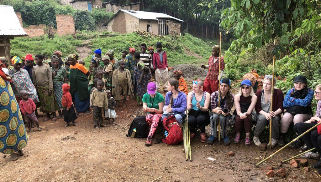Før økoprosjektet i Kampala var elevene blant annet på besøk hos et urfolk i Uganda