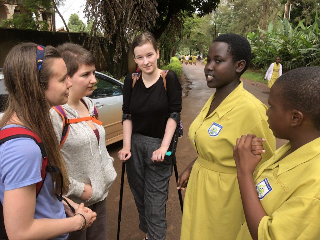Elevene fra Toten folkehøgskole jobbet sammen med elever fra en lokal jenteskole og kunne ha gode samtaler med jentene