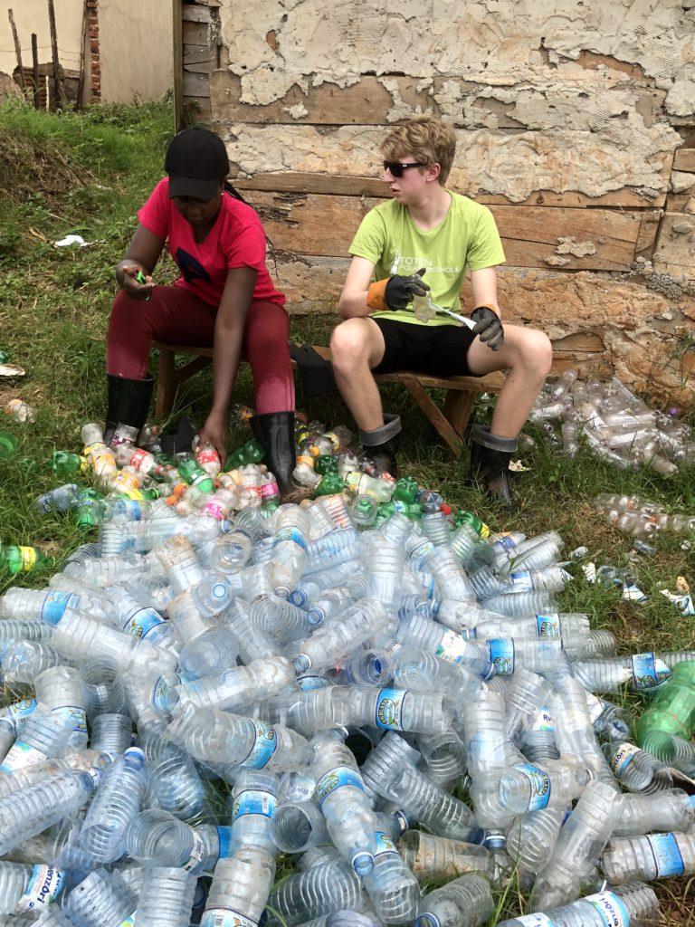 Det var store mengder plastflasker som elevene fra Toten folkehøgskole og de lokale skulle rengjøre før de kunne brukes som byggematerialer