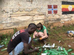 Både elevene fra Toten folkehøgskole og deltakerne fra ECOaction jobbet hardt under det norske og det ugandiske flagget