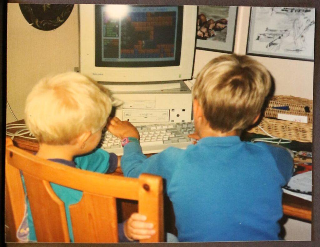To gutter, året 1995, gammel datamaskin, asperger