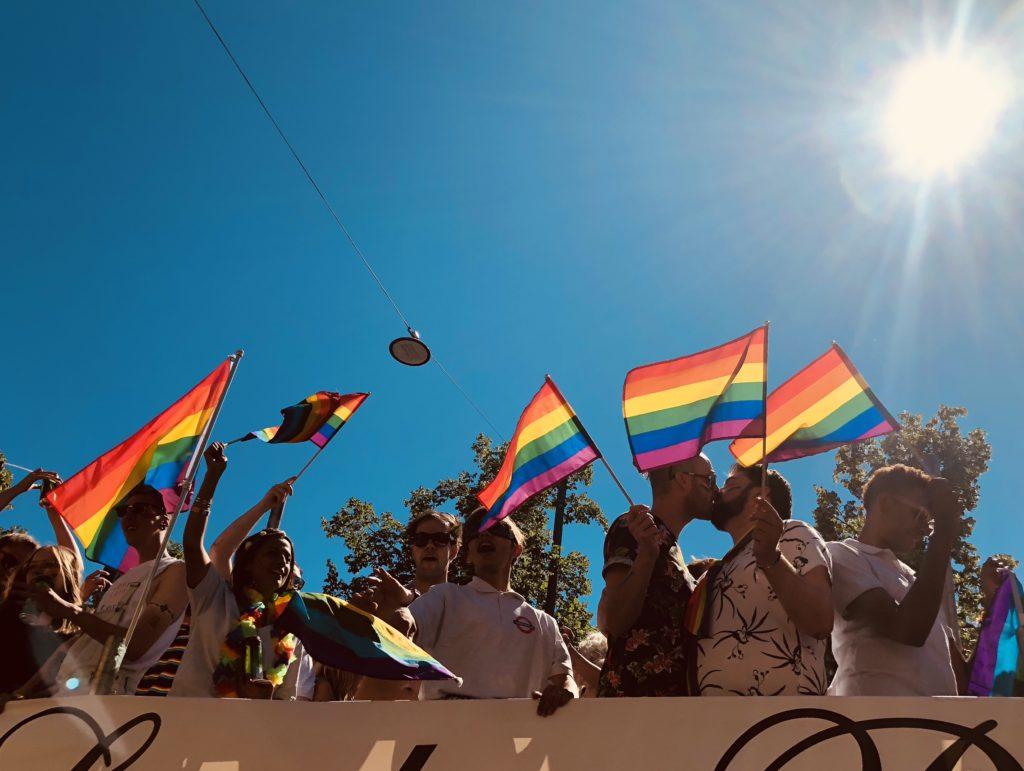 pride oslo, pride parade, skeiv, regnbueflagg, mennesker, kyss