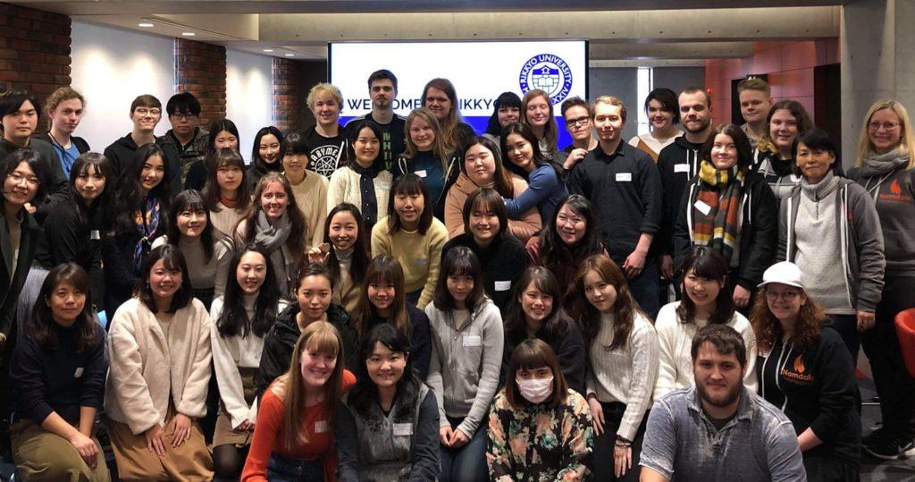 Elevene på Backpack Japan-linjen fikk besøke Rikkyo universitetet da de var på studietur til Japan. Hiroko står til høyre i bildet sammen med den andre læreren på linjen, Tove Ertsås.
