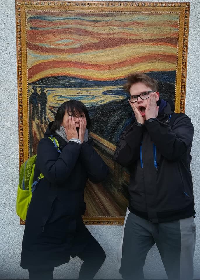 Hiroko og en elev på Backpack Japan på besøk på den norske ambassaden i Japan.