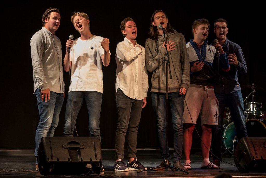 Bilder av seks gutter som synger.