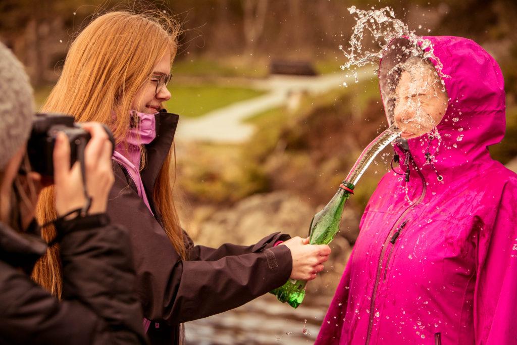 Elever fra Karmøy folkehøgskule som spruter vann på hverandre