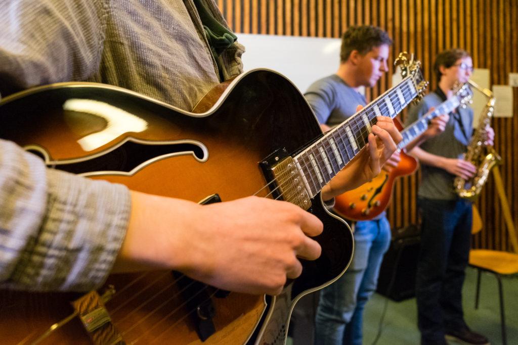 Musikk gitar elever Toneheim folkehøgskole