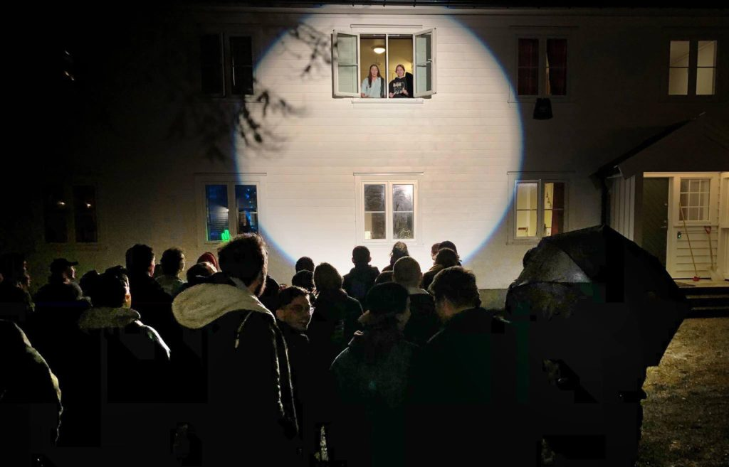Vinduskonsert Tuva og romvenninne, Fana folkehøgskule