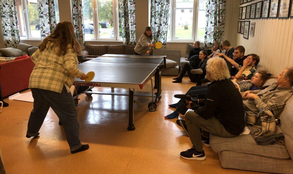 Elevene fra Teaterhøjskolen Rødkilde og Solbakken folkehøgskole slapper av før den store forestillingen.
