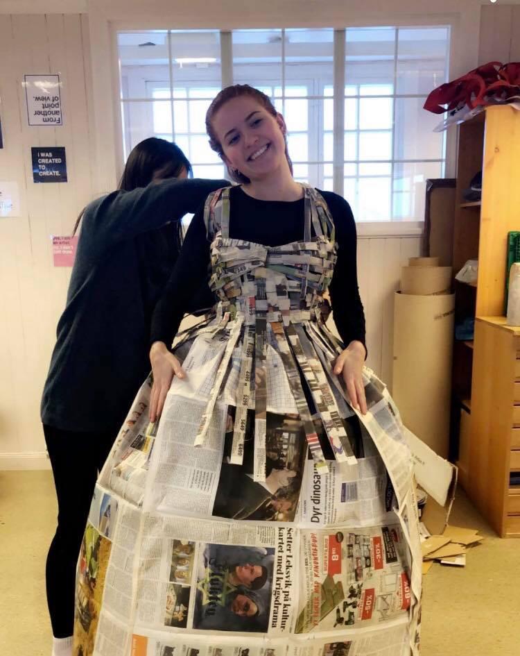 papirkjole kostyme forestilling Bakketun folkehøgskole