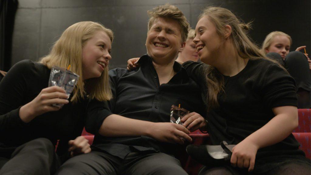 Emilie sammen med to elever på Toneheim. Latter