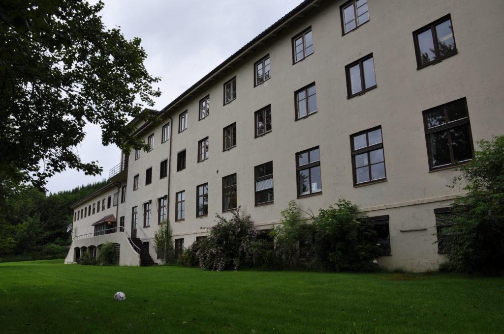 Bilde av bygningen der Sjøholt folkehøgskole skal starte opp.