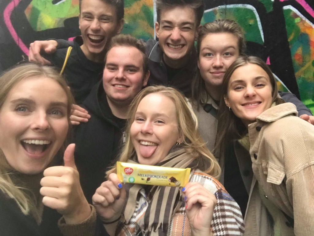 Kulturutvekslingen mellom Teaterhøjskolen Rødkilde og Solbakken folkehøgskole hadde også sine søte øyeblikk. Bilde: Siri Thorson