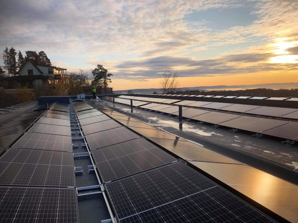 solnedgang ved solcelleanlegget på Rønningen folkehøgkole