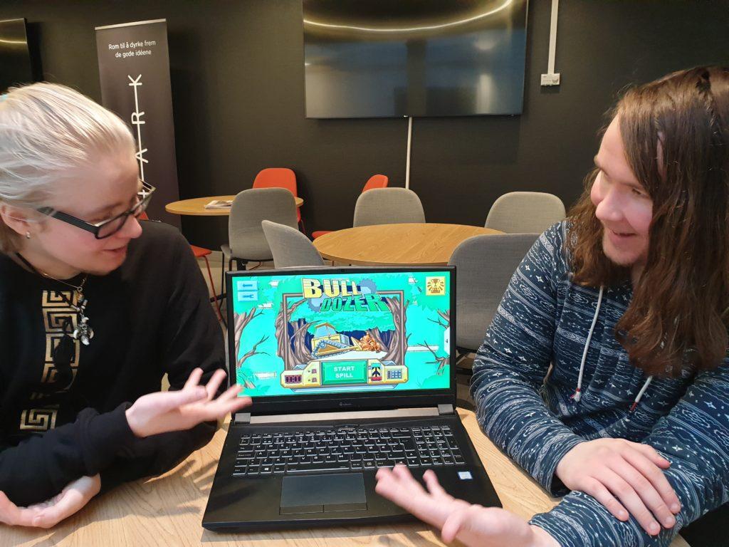 Hauk og Åge sammen med skjermdump av spillet de laget til museet i Holmestrand.