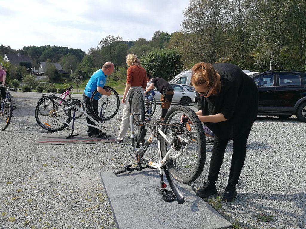 elever bømlo folkehøgskule reparerer sykler