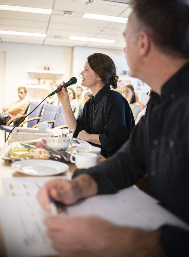 Dommerne Kathrine Ubostad fra Under og Karsten Ersland fra SKAP gir tilbakemeldinger til gruppene som framfører. Foto: Kristian Vold Kelly