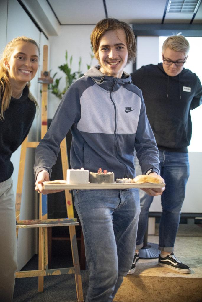 Ole-KristianJenseniusog AuroraGytreviser frem ulikeskåler laga i forskjellige materialer med skjell. Bilde: Kristin Vold Kelly