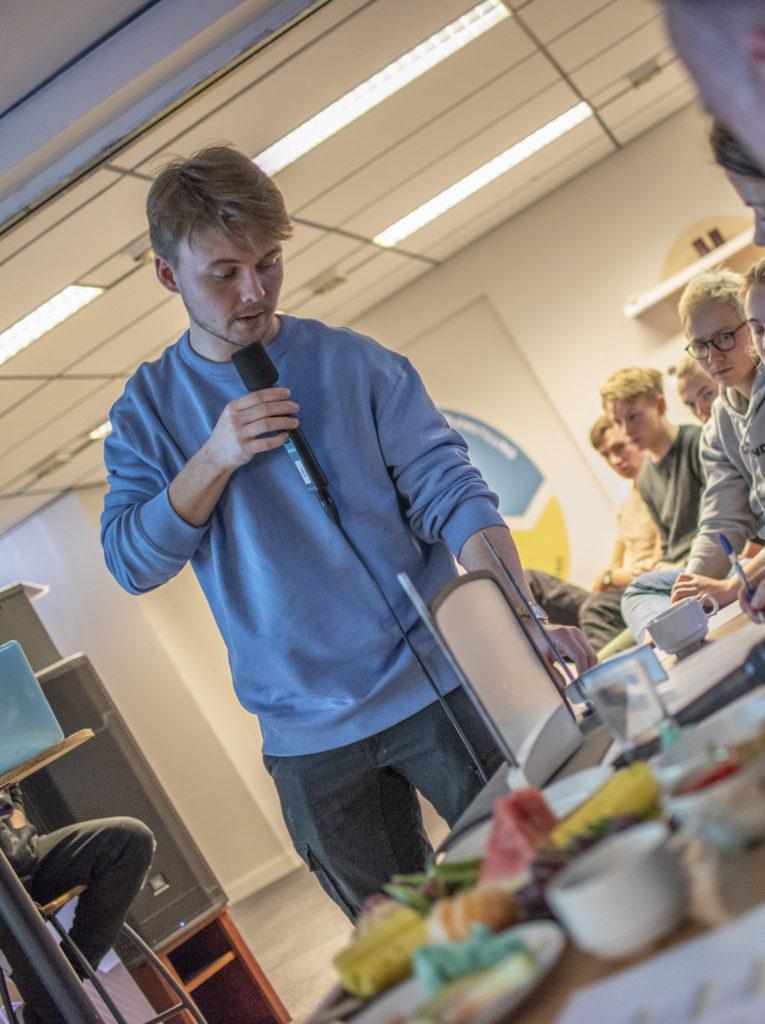 Martin Jønsrud viser frem modellen han og gruppa har laga av glassruta på Under, og hvordan det skal kunne rengjøres enklere enn det gjøres i dag.Bilde: Kristin Vold Kelly