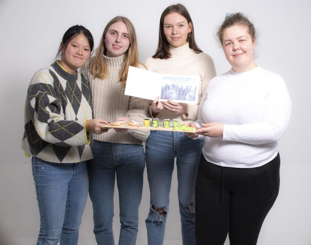 Vinnergruppa med hudpleieprodukter som inneholder stortare. Fra venstre: Tien Tran, Clara Iversen Peters, Nora Nedregård og Karoline Aurora Birgisdottir Schmidt. Foto: Kristin Vold Kelly