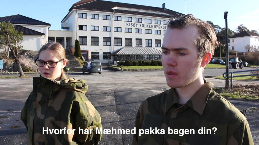 To elever i militærklær foran en stor hvit bygning