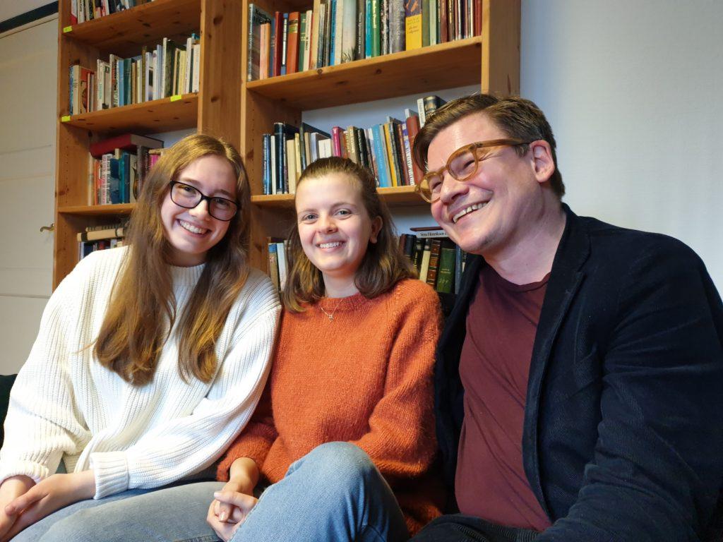Lærer Bjørn Esben Almaas sammen med elevene Sandra og Maria