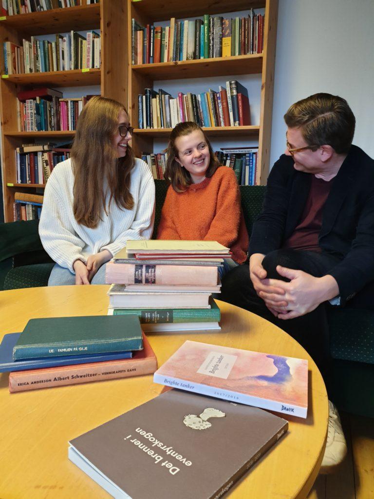 Bøker bibliotek Danvik folkehøgskole Bjørn Esben i samtale med elever