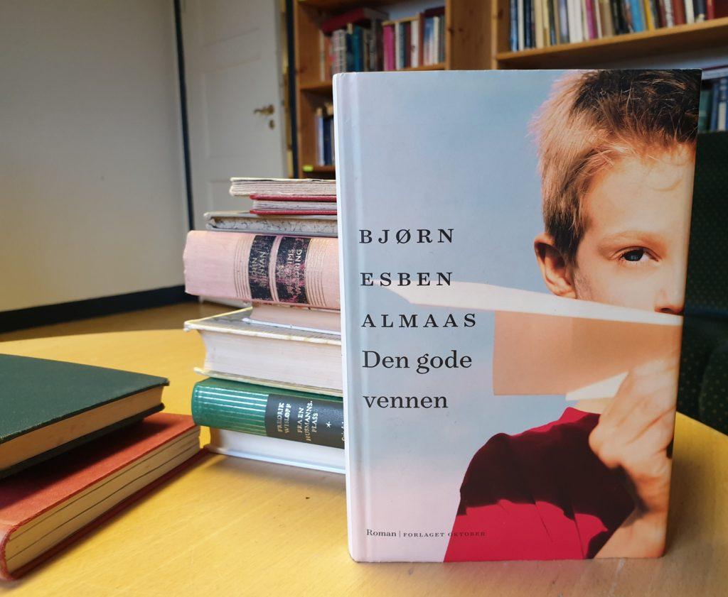 Romanen «Den gode vennen» oppstilt i biblioteket på Danvik folkehøgskole