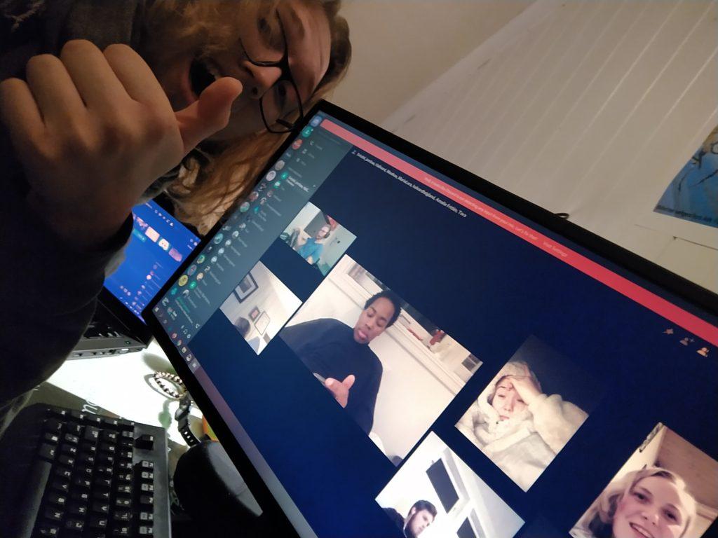 Simon selfie foran skjermen med gruppechat
