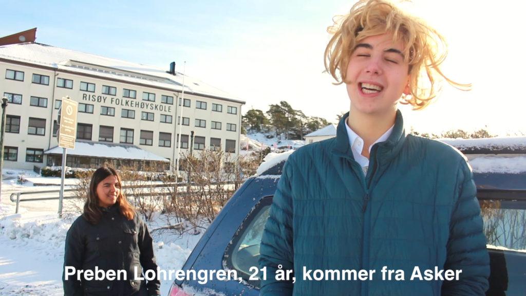 Elev med blond parykk