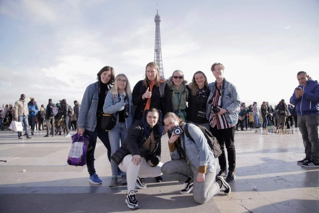 klassebilde i Paris, foran Eiffeltårnet