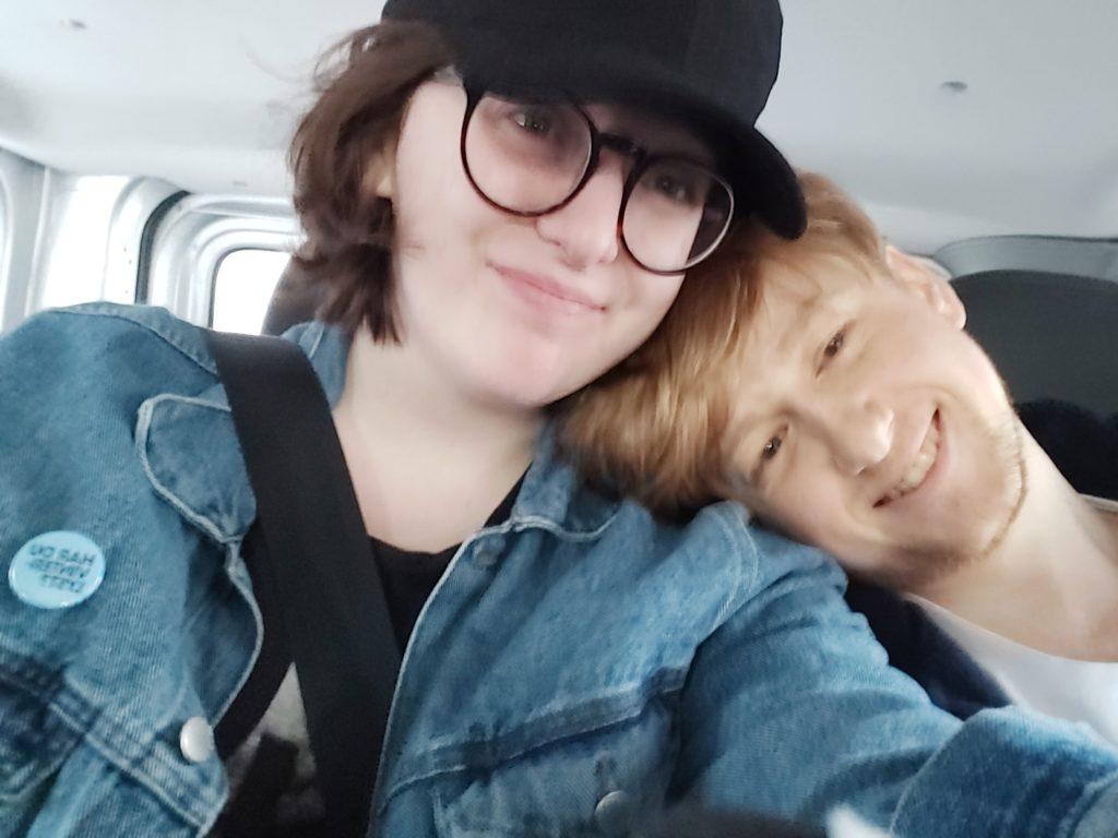 Morten og Martine sammen, kjører bil