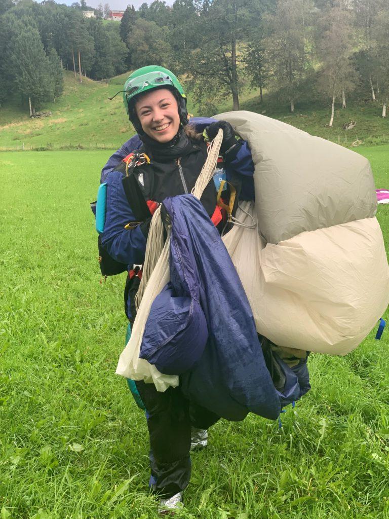 Tiril med fallskjermen, på bakken etter et hopp