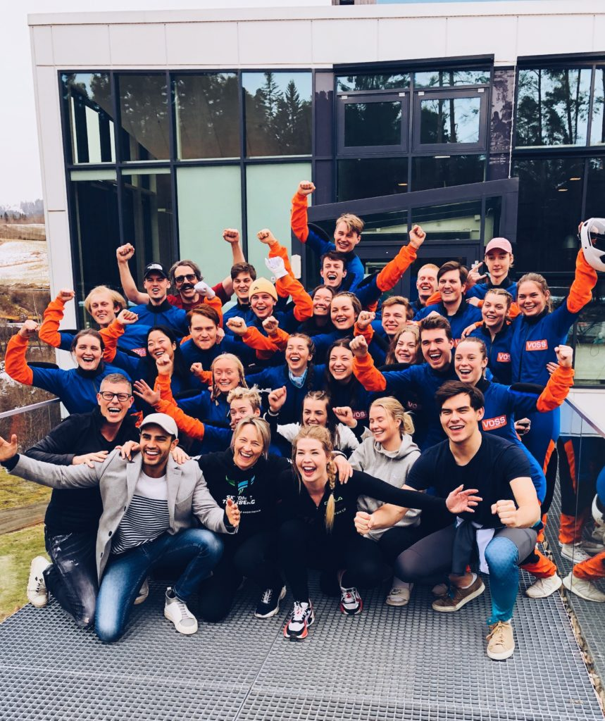 Klassebilde luftsport Voss folkehøgskule smil og armer i været