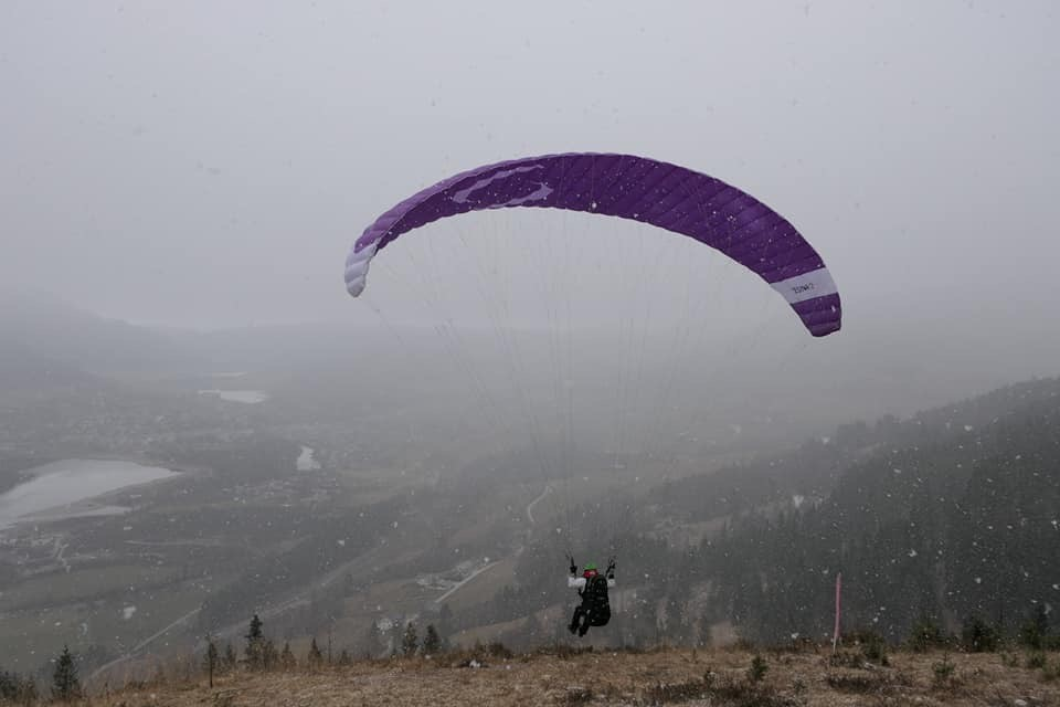 Paraglider, skjerm i lufta, klar for hopp