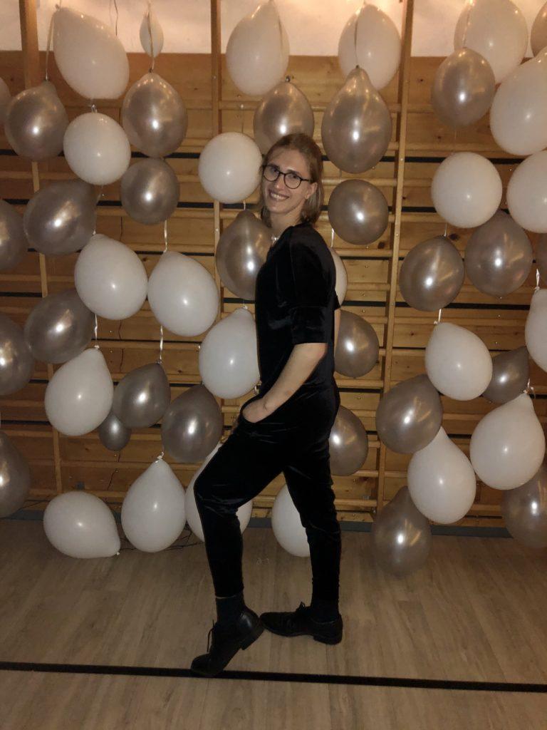nyttårsball portrett Julia med ballonger