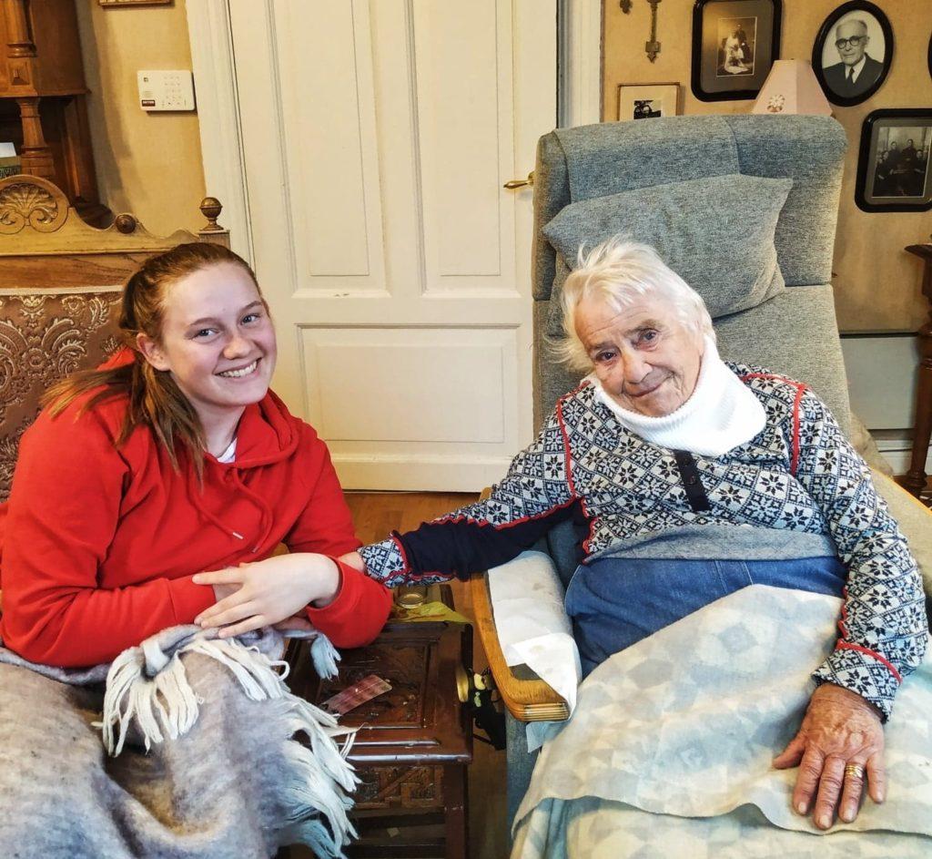 Karina og bestemor sammen