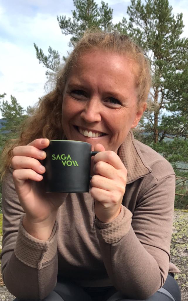 >Portrett Musikklærer Janne med kaffekopp
