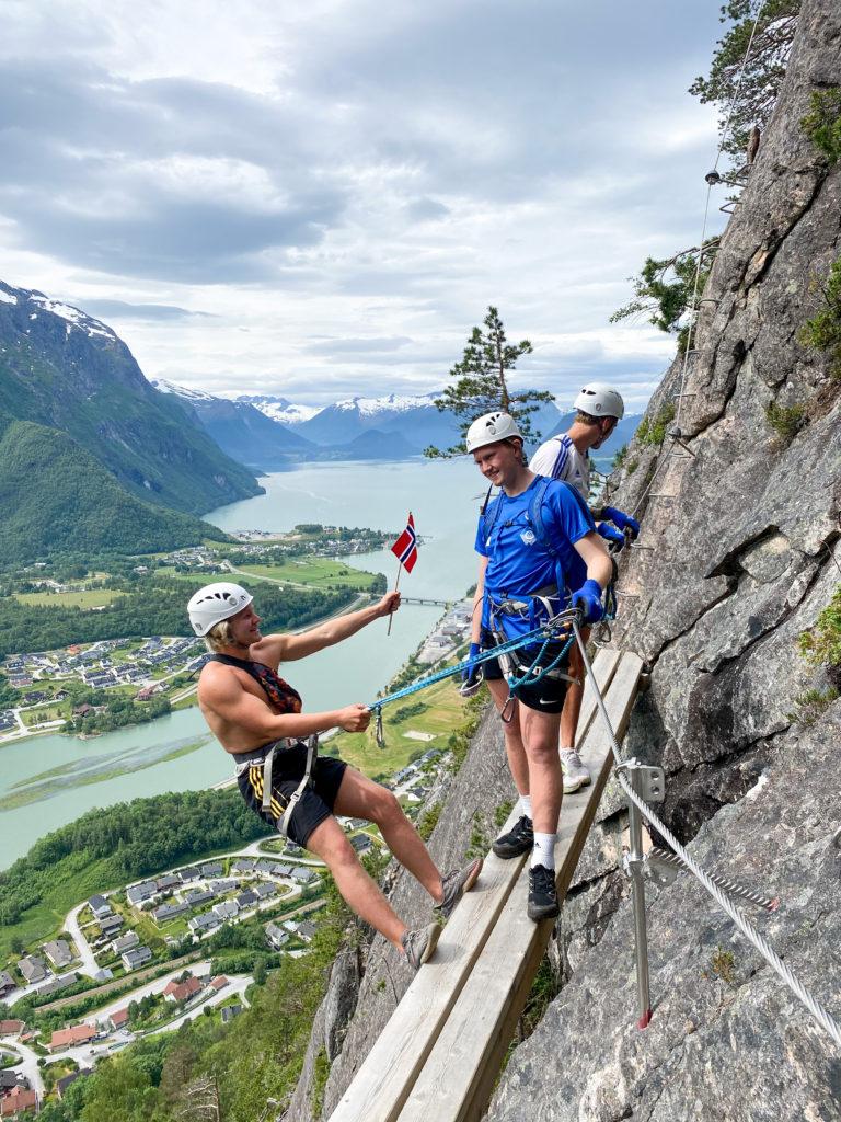 klatretur Rampestreken utsikt norsk flagg