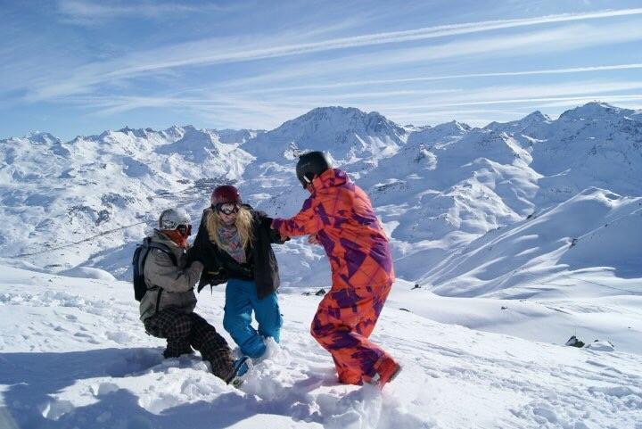 Vida Lill med to klassekamerater, i snøen