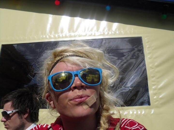 Vida Lill portrett, med solbriller