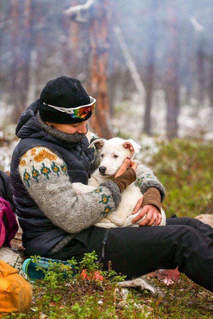 Tanja på tur med hund, kos på fanget under en pause