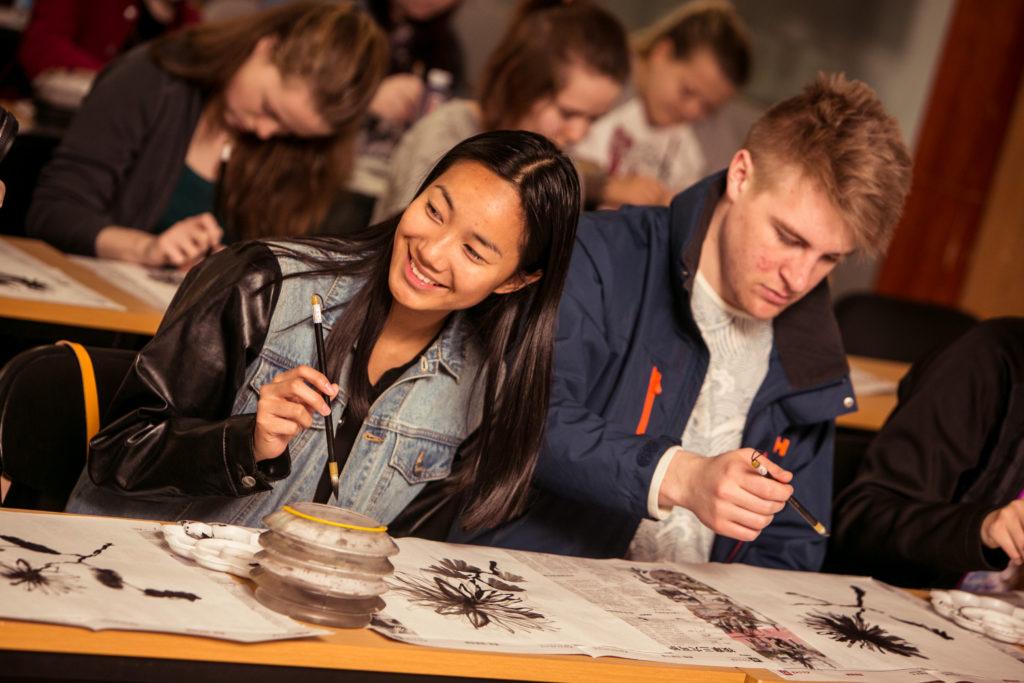 Elever ved Karmøy folkehøgskule maler