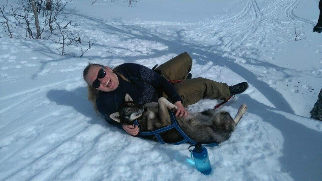 Hilde-Kristin leker med hund i snøen