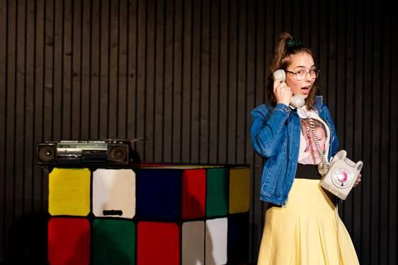 Kajsa på scenen snakker i telefon