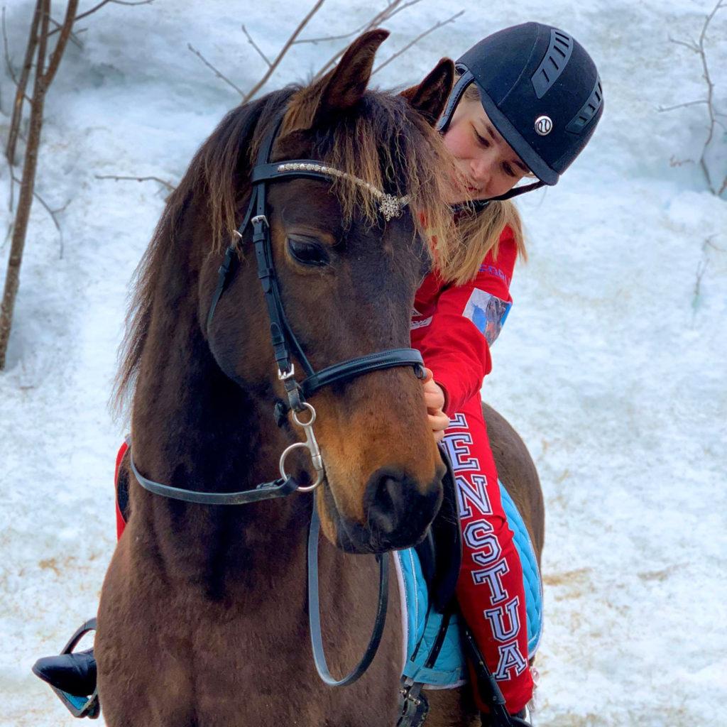 Tonje på hest, rir
