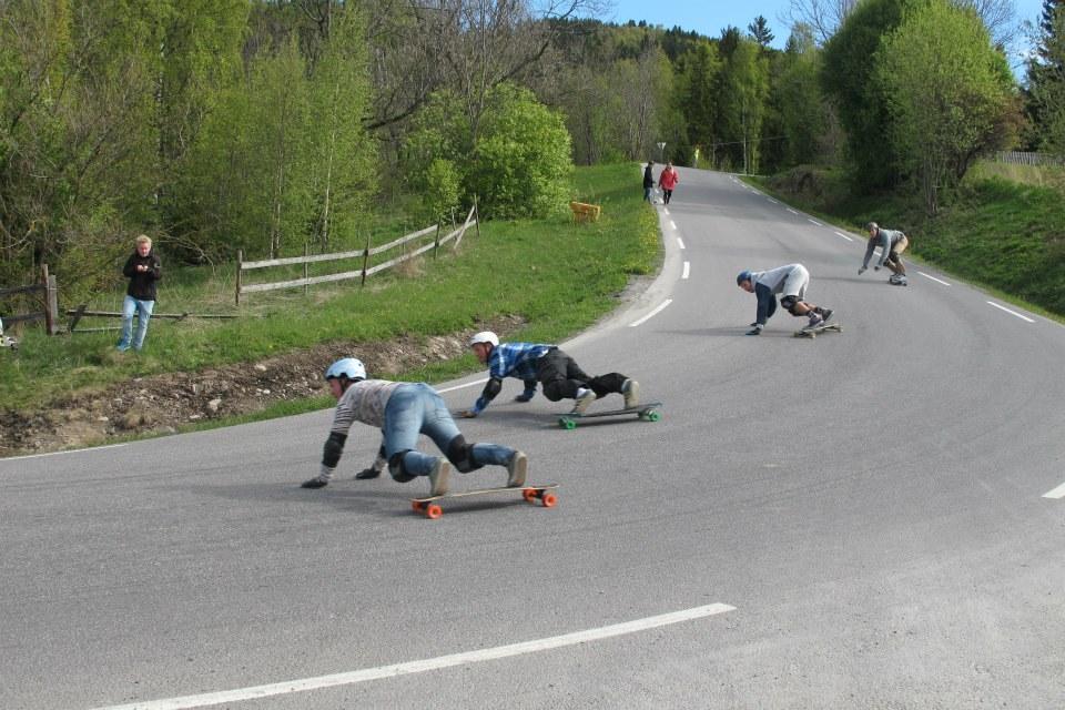 longboard flere elever på brett ned en bakke